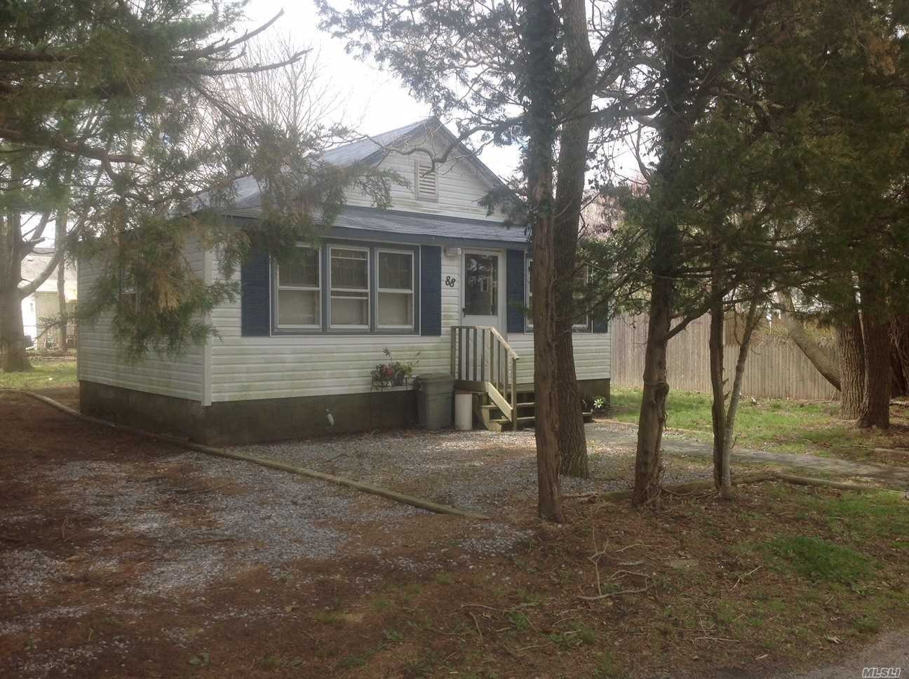 88 Lincoln Dr, Mastic Beach, NY
