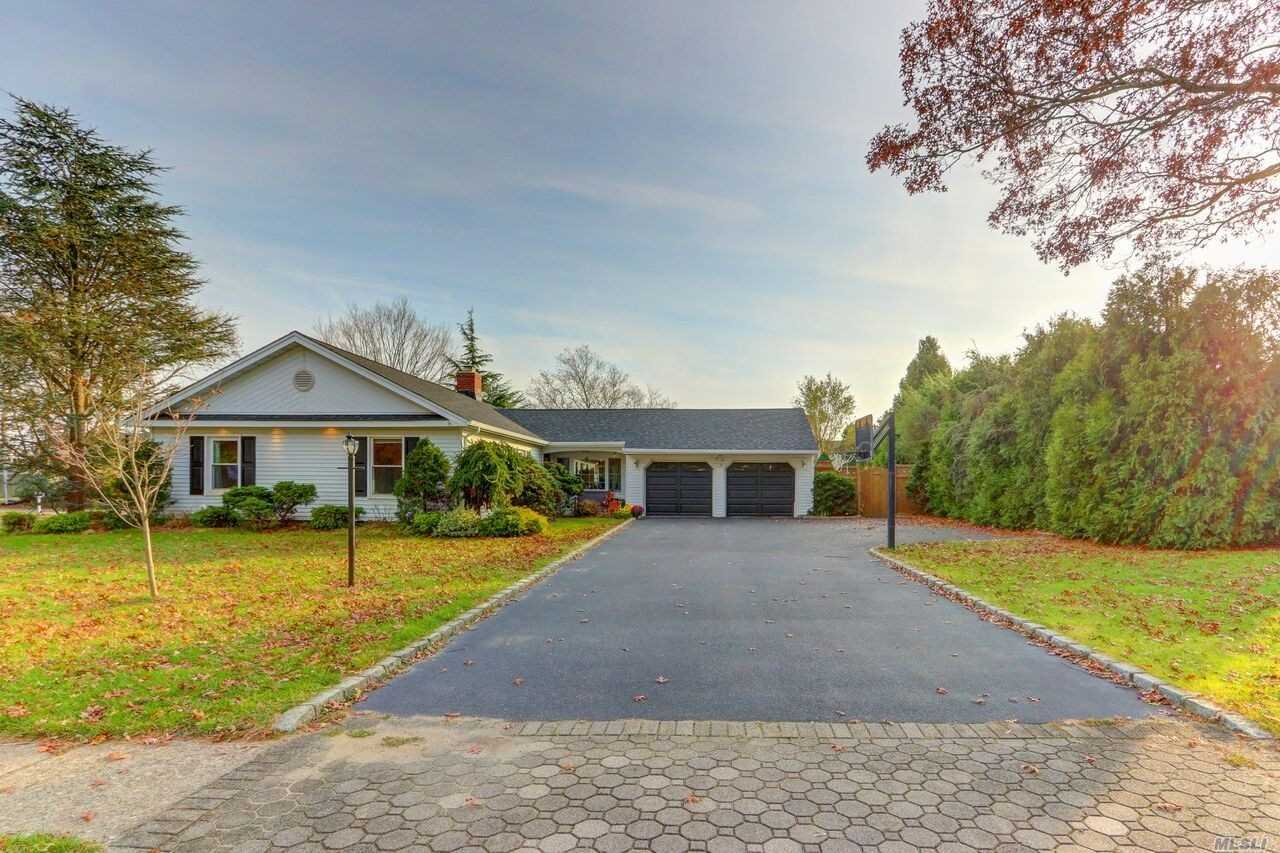 20 Greenbrier Ln, Sayville, NY 11782